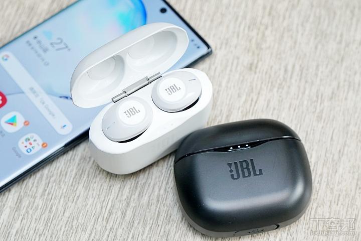 藍牙耳機有黑白兩色,充電時機身前方會有燈號指示。
