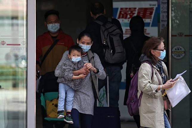 ▲為了因應武漢不明肺炎擴散,香港各級公立醫院防護已提升至「嚴重」級別,人人進出都配戴口罩。(圖/翻攝自香港 01 )
