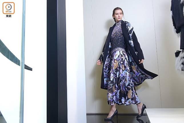 黑色茄士咩長褸、黑色繡花上衣、紫藍色Charleston圖案百褶裙、Calypso圖案圍巾  (胡振文攝)