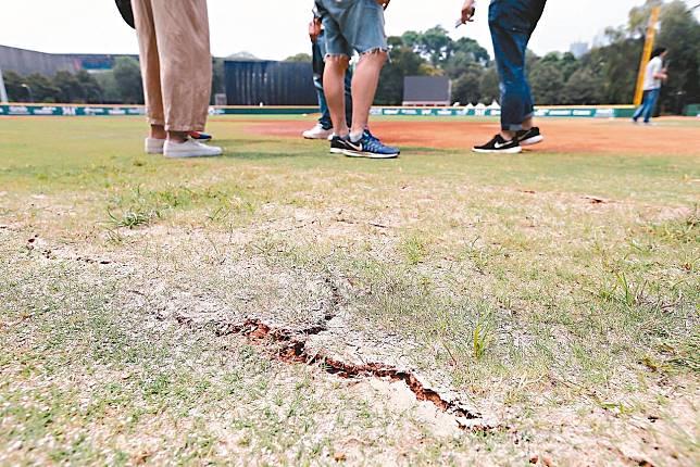 球場到處可見草皮與紅土龜裂。