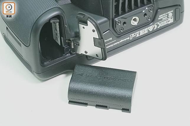 LP-E6電池足夠拍攝約45分鐘影片,亦能裝上另購的電池握把。(莫文俊攝)