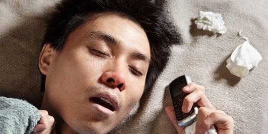 Ilustrasi tidur dengan menggunakan ponsel. Shutterstock/OtnaYdur