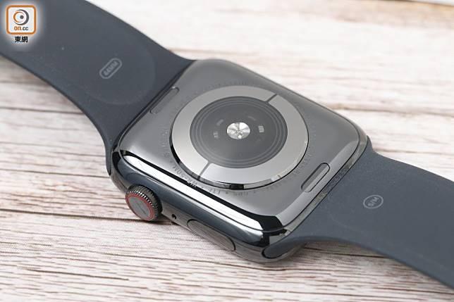 透過數碼錶冠及玻璃錶底的電極,讀取用戶心電訊號。(莫文俊攝)