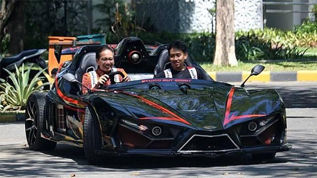 Rektor Institut Teknologi Sepuluh Nopember (ITS) Surabaya Mochamad Ashari (kiri) mengemudikan mobil listrik Lowo Ireng Reborn di ITS Surabaya, Jawa Timur, Kamis (18/7/2019). ANTARA/Didik Suhartono