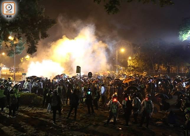 理工大學現場勁放催淚彈,示威者以汽油彈還擊。(余宏基攝)