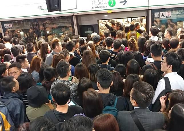九龍塘站人頭湧湧,等車乘客逼爆月台。(曾紹良攝)