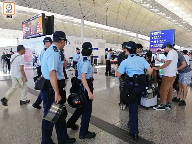 有警員在機場客運大樓巡邏。(鄧欣婷攝)