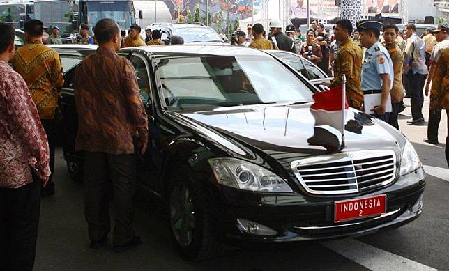 ILUSTRASI mobil sedan RI 2 Mercedes-Benz S600 Guard