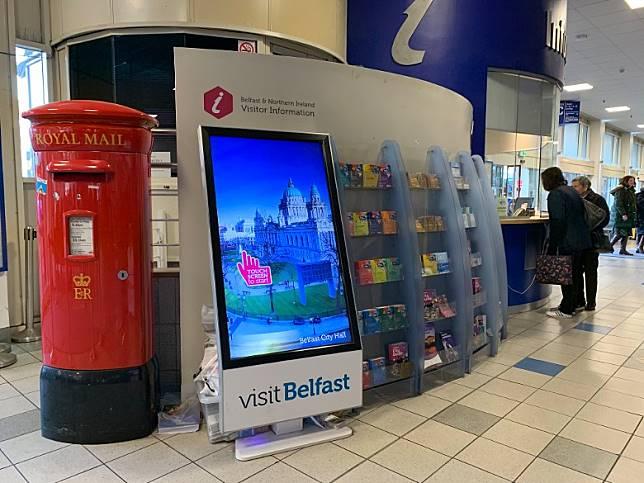 Belfast Europa Buscentre內設有自助旅遊資訊設施,旁邊則有郵筒,大家可以走前寄明信片啊!(互聯網)