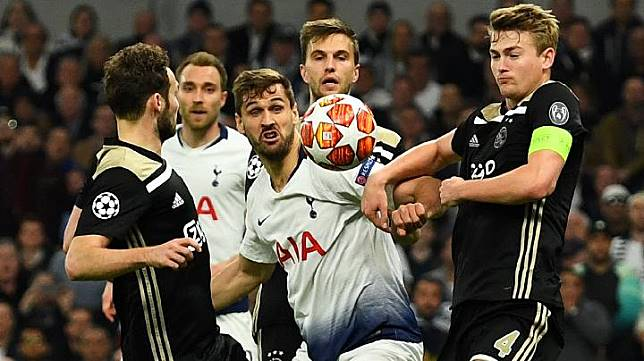 Pemain Tottenham Hotspur Fernando Llorente berebut bola dengan pemain Ajax Matthijs de Ligt saat bertanding dalam Leg Pertama Semi Final Liga Champions di Tottenham Hotspur Stadium, London, Inggris, 30 April 2019. REUTERS/Dylan Martinez