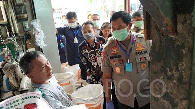 Jakarta Police Chief Insp. Gen. Nana Sudjana chats with a vendor during an inspection of basic commodity prices at the Palmerah Market, West Jakarta, Friday, March 20, 2020. TEMPO/M Julnis Firmansyah