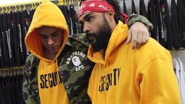 小賈穿上超顯眼的這一件出門 今年就要穿黃色的連帽上衣!