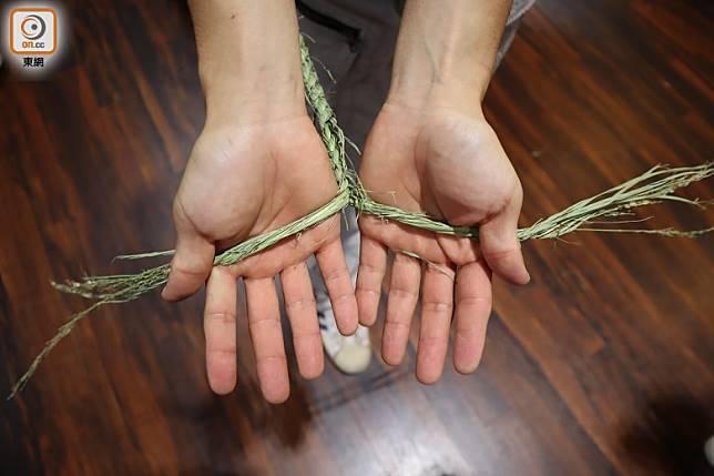 要把粗硬的乾稻草,以人手扭結成「辮」絕沒想像中容易。(劉達衡攝)
