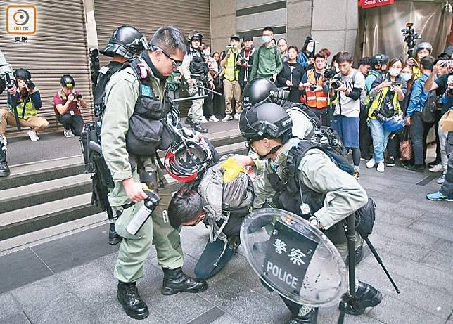 警員制服示威者。(李華輝攝)