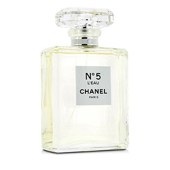 N°5 L'EAU 是屬於新世代的 N°5,是打著現代旗幟的明亮花香創作,與其名字一 樣令人耳目一新。<br />N°5 L'EAU,讚頌著簡約的概念;N°5 L'EAU,是無庸置疑的美麗選擇。<br /> 包裝設計與香水的簡約概念一脈相承,充滿質感的外盒上留有品牌的經典浮飾,包裝內還置有另一個內盒保護如水晶般清澈的玻璃瓶身。沒有花巧的瓶塞,沒有機械裝置,沒有任何破壞瓶身純淨的物質。<br />這樣的藝術,僅為了呈現極致的簡約氣質,讓挑選N °5 L'EAU 的女士倘佯在無盡的幻想中。