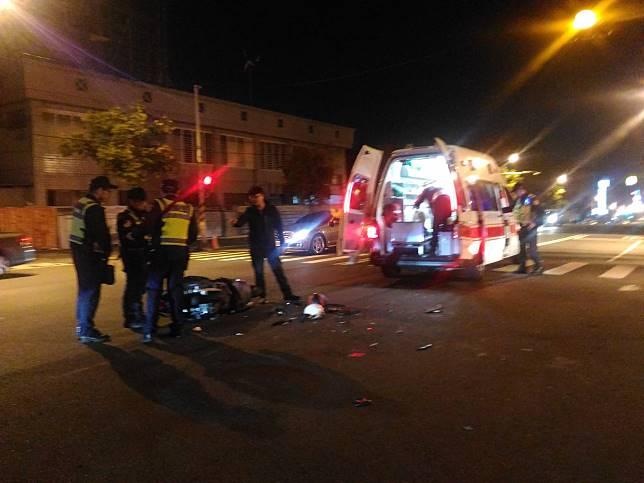 台南市東區裕農路發生廂型車涉嫌撞機車意外。記者黃宣翰/攝影