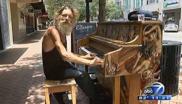 Virtuoso Donald Gould, seorang gelandangan yang mahir dalam bermain piano. metro.co.uk