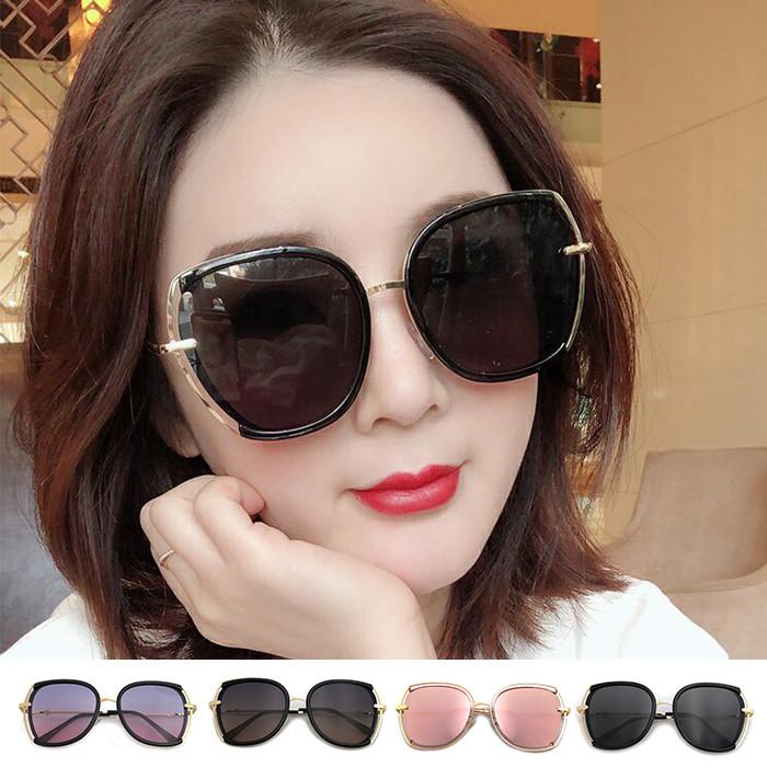 復古簍空顯小臉造型墨鏡️質感保障側邊簍空設計不退流行太陽眼鏡適合每一種臉形超輕巧金屬框太陽眼鏡偏光鏡片,防防眩光、反光、水波光...等100%抗紫外線UV400有效隔離雜亂光線鏡片使用寶麗萊偏光材質有效反射80%的雜亂光線,讓視野更清晰,色彩更鮮明,佩戴舒適、堅固美觀、不易退色、抗壓性強!符合標準:CNS15067BSMI標準檢驗局認證 :D45094附贈輕巧眼鏡盒 (規格:168*67*40)顏色:黑灰/黑桔/灰粉/粉水銀鏡框材質:金屬成分:銅鋅合金膠質成分:聚碳酸樹脂鏡片成分:TAC眼鏡尺寸:鏡片高度5.3cm 鏡片寬度5.3cm 鏡框寬度15.2cm 鼻梁寬度2cm 鏡腳長度14.3cm鏡框高6cm我們的太陽眼鏡都是通過經濟部標準局檢驗符合國家標準認證市面上販售的太陽眼鏡大多沒有認證沒有檢驗且太陽眼鏡款式品質也良莠不齊,價格也差很多可別以為只要是有色的太陽眼鏡就可以防止紫外線萬一買到劣質的太陽眼鏡不能抗UV也就算了更遭的是戴久了恐怕連眼球的健康都會賠上太陽眼鏡會使瞳孔放大 眼睛照入的紫外線更多更加傷害眼睛嚴重會白內障要特別注意!