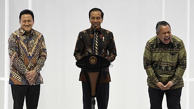 Presiden Joko Widodo didampingi Kepala Bekraf Triawan Munaf (kiri) dan Gubernur Bank Indonesia Perry Warjiyo (kanan) membuka Pameran Karya Kreatif Indonesia di JCC Senayan, Jakarta, Jumat 12 Juli 2019. Pameran bertema Mendorong Pertumbuhan Melalui UMKM Go Export dan Go Digital tersebut menampilkan UMKM unggulan binaan Bank Indonesia. ANTARA FOTO/Puspa Perwitasari