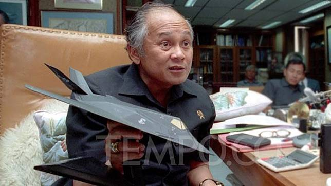 BJ Habibie yang saat itu menjabat sebagai Menteri Riset dan Teknologi (Menristek) ketika diwawancarai di kantornya, Jakarta, pada tahun 1992. Pria kelahiran Parepare itu merupakan sosok yang berkontribusi besar terhadap dunia penerbangan Tanah Air.TEMPO/Rully Kesuma