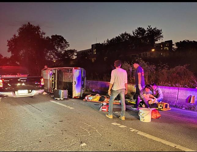ช่างไฟเมาหนักฉุนเพื่อนขับช้า เอื้อมมือหมุนพวงมาลัย รถเสียหลักชนแบริเออร์ข้างทางพลิกตะแคงข้าง