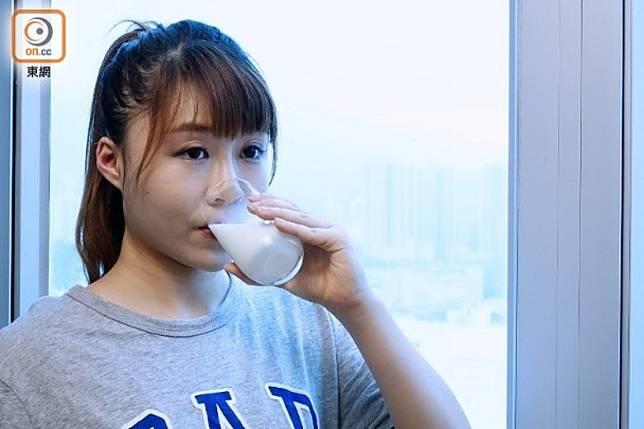 每人每日應飲用1至2杯240毫升的牛奶。(方偉堅攝)