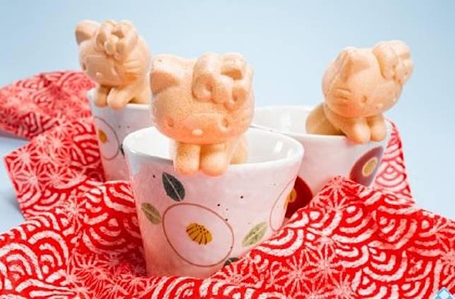 萌萌的爬在杯子邊緣,一口茶一口餅,完美的下午茶搭配。(互聯網)