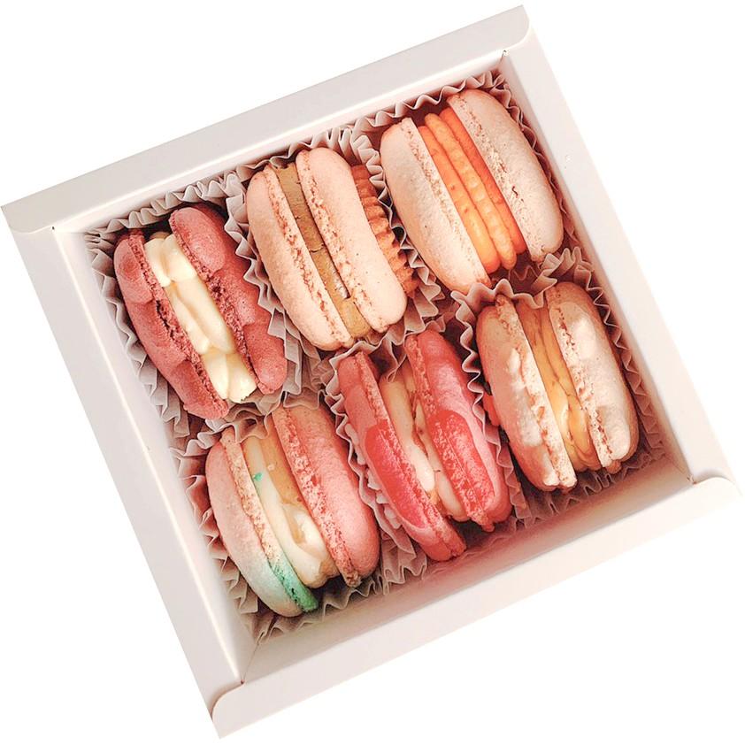《Fascinée 菲斯尼馬卡龍專賣》菲斯尼之心本款說明:可以任選 4 顆 - 10 顆裝,組合裝。日常口味:黑糖珍豬、濃郁起司、太妃糖、草莓優格伯爵奶茶、焦糖布蕾、巧脆牛奶oreo、貓咪紅絲絨獨角獸