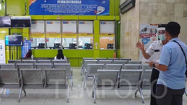 Petugas membantu calon penumpang memverifikasi kelengkapan Surat Izin Keluar Masuk (SIKM) calon penumpang terkait persyaratan untuk membeli tiket Kereta Api Luar Biasa di Stasiun Gambir, Jakarta 28 Mei 2020. TEMPO/Nurdiansah