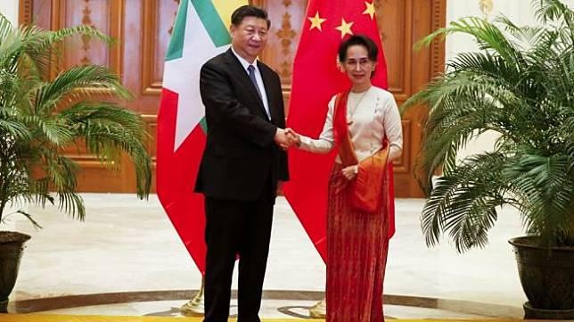 Presiden China, Xi Jinping (kiri) berjabat tangan dengan Penasehat Negara Myanmar, Aung San Suu Kyi di Naypyidaw, Myanmar, Sabtu (18/1/2020). [AFP/Nyein Chan Naing]