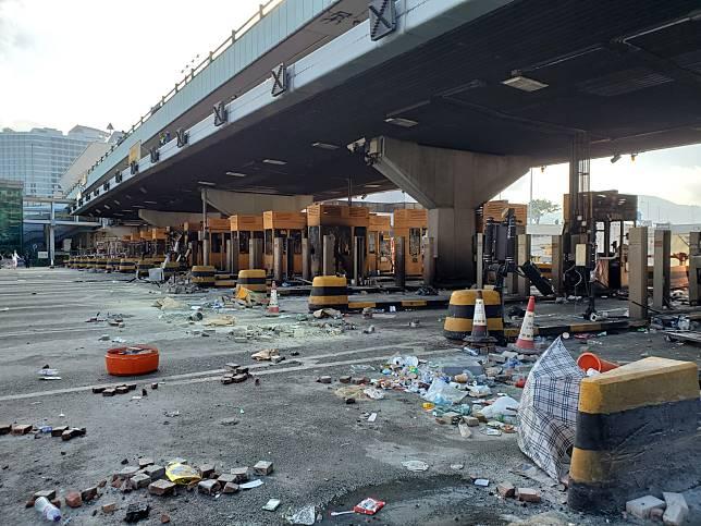 紅隧行政大樓及收費廣場被破壞 來回方向未能開通。