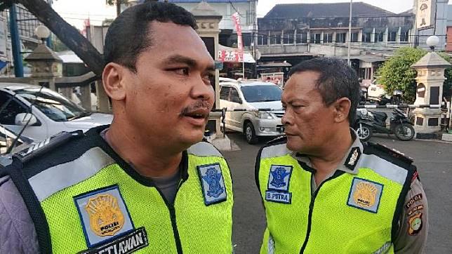 Bripka Eka Setiawan polisi yang nemplok di atas mobil di kawasan Pasar Minggu, Jakarta Selatan, Senin, 16 September 2019. TEMPO/M Julnis Firmansyah