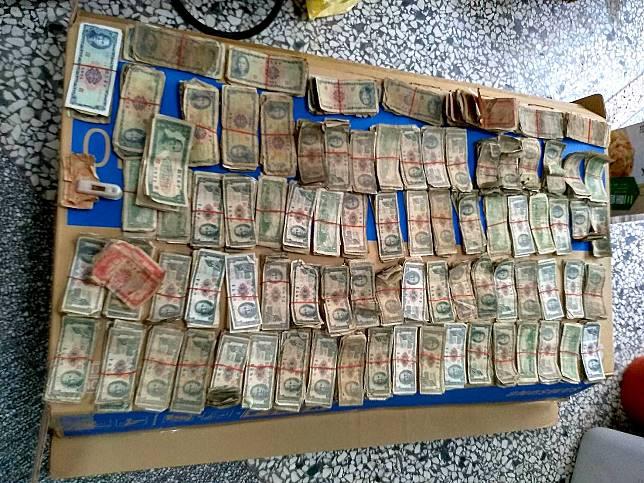 ▲網友透露友人父親過世,抽屜中找出一大筆古董級舊鈔票,被銀行行員笑虧「 50 年前這些錢可以買好多田地」。(圖/翻攝自爆廢公社公開版)