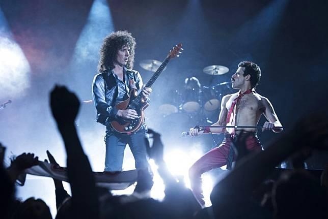 Gwilym Lee (kiri) dan Rami Malek dalam film Bohemian Rhapsody. Drummer Queen, Roger Taylor, tak hendak membayangkan akan ada sekuel film biopik tentang bandnya.