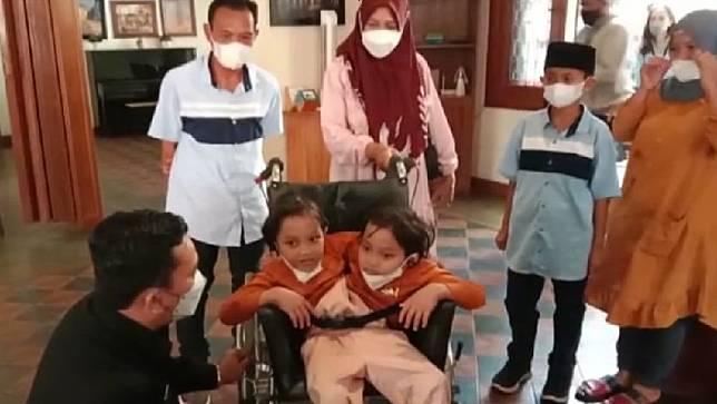 Kadisdik Jabar Dedi Supandi berbincang dengan kembar siam asal Garut, Al Putri Dewi dan Al Putri Anugrah. (Foto: Agung Bakti Sarasa)