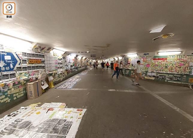 大埔火車站外的連儂牆仍貼滿便利貼。(張開裕攝)