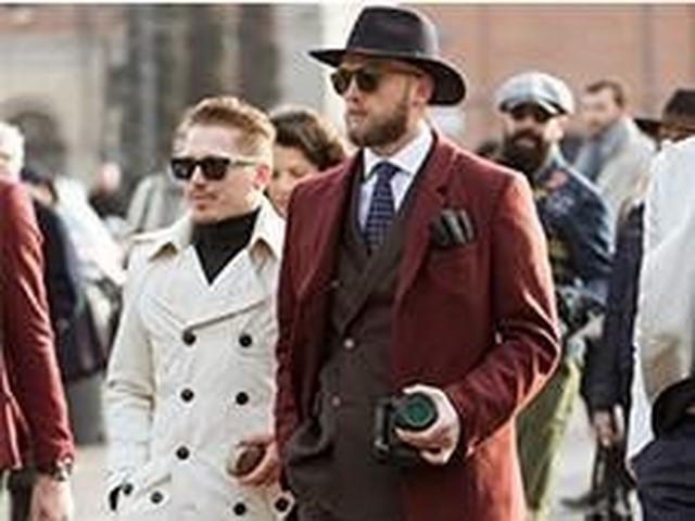 c8648484223228 ブラウンスーツには赤コートで渋さをプラス (LEON)