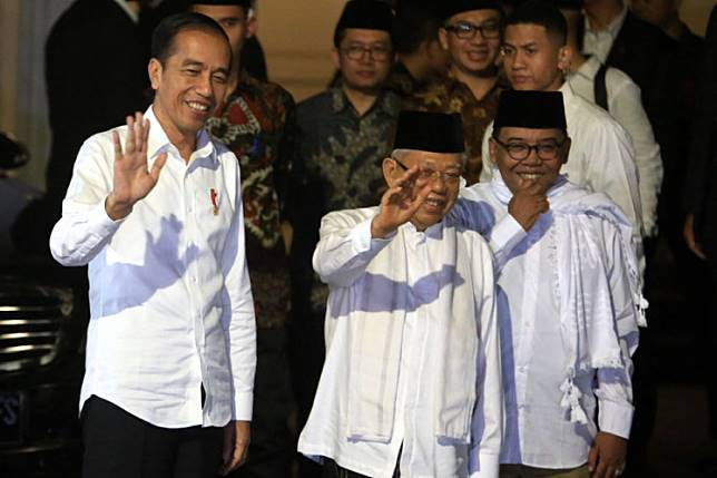 President Joko Widodo (left) and Vice President Ma'ruf Amin meet before Jokowi's departure to Japan to attend a G20 meeting.