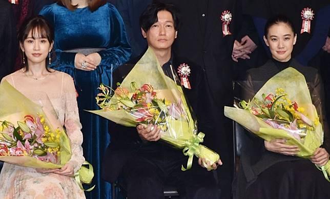 前田敦子(左起)、井浦新與蒼井優一同領取榮譽。
