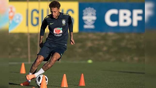Penyerang Brasil, Neymar, mendribble  bola saat latihan jelang Piala Dunia 2018 di pusat pelatihan Granja Comary di Teresopolis, Brasil, 22 Mei 2018. AP