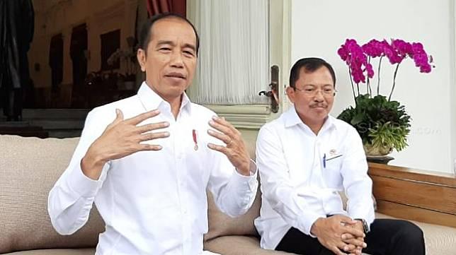 Presiden Joko Widodo besama Menteri Kesehatan Terawan Agus Putranto  saat memberikan keterangan pers terkait virus corona di Kompleks Istana Kepresidenan, Jakarta.[Suara.com/ Ummi Hadyah Saleh]