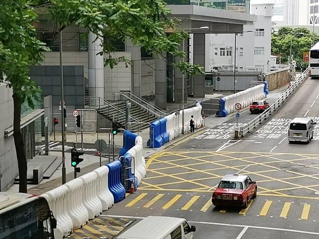 民陣再發起反修例遊行,多處包括警察總部外已擺放大型水馬加強戒備。(港台圖片)