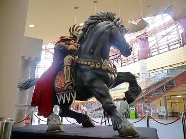 館內匯集了《北斗之拳》眾多角色,包括1:1的健次郎及雷奧Figure。(互聯網)