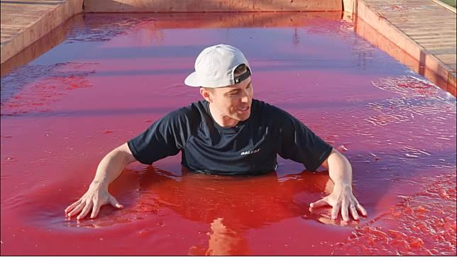 ▲馬克在 YouTube 公開了他設計了半年的最新作品「世界上最大的果凍泳池」。(圖/翻攝自影片)