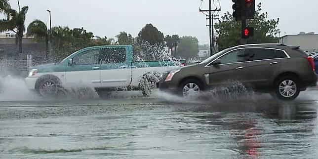 Ilustrasi mobil menerjang banjir (fox5sandiego.com)