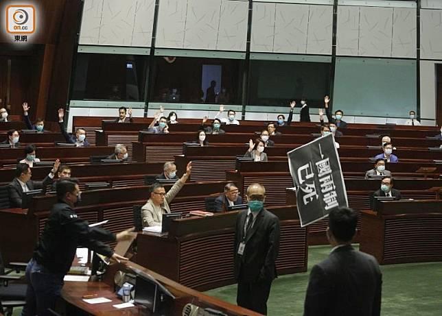 《國歌條例草案》二讀表決期間,泛民議員拖出標語。(何天成攝)