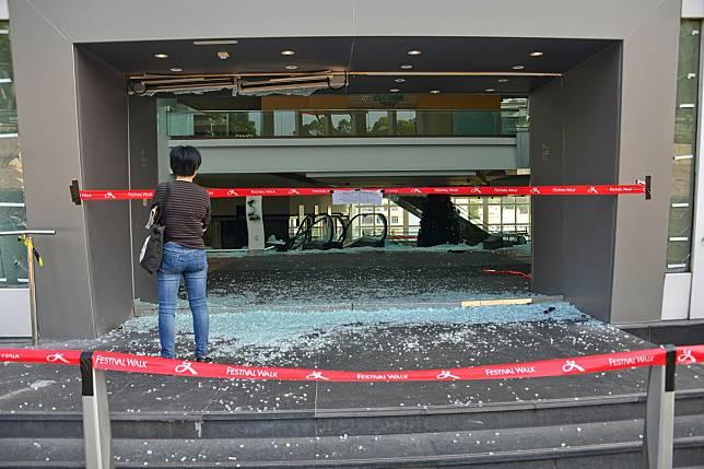 又一城商場多處嚴重損毀。資料圖片