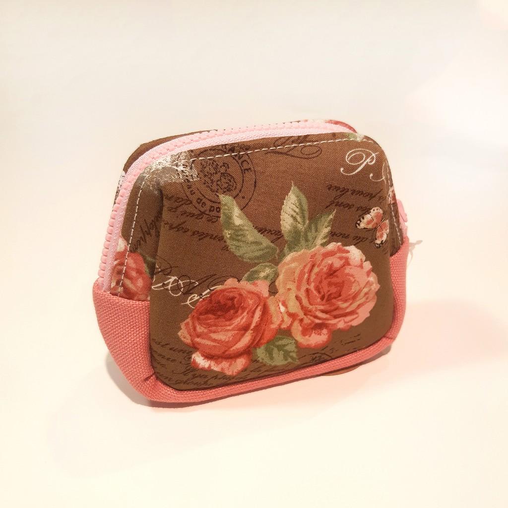 Miranda Handmade為台灣設計師個人創作,布包以活潑亮眼的色彩為包包視覺,立挺包型更是提升日常穿搭質感。【商品細節】材質: 布重量: 20g尺寸(長x厚x高): 11.5x4.5x10cm