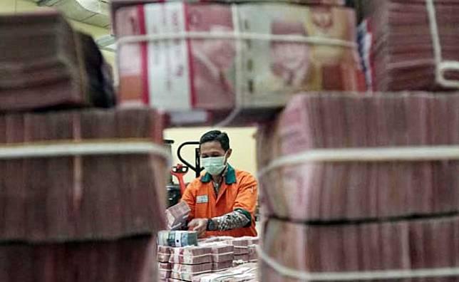 Karyawan merapikan uang di cash center Bank BNI, Jakarta, Selasa (11/2/2020). Bisnis/Himawan L Nugraha