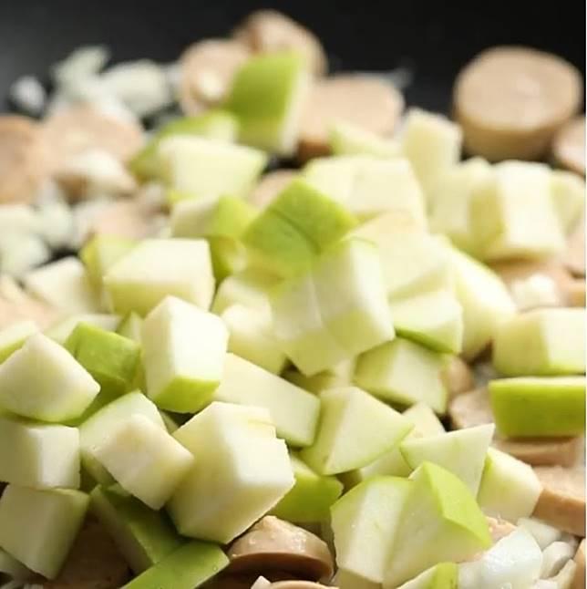 將洋葱和香腸炒至軟身,才加蘋果,就不會過軟。(互聯網)